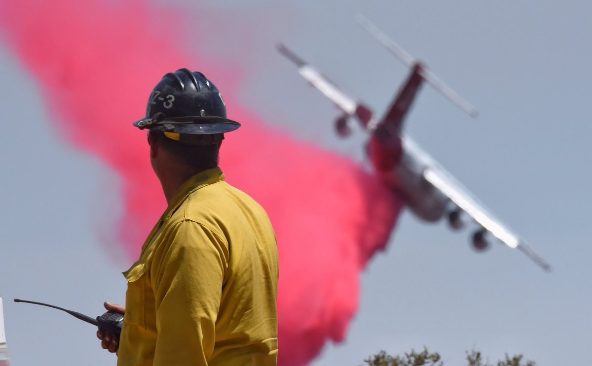 An air tanker makes a drop along the western flank of the fire. (Photo: Mike Eliason/SB Co. Fire)
