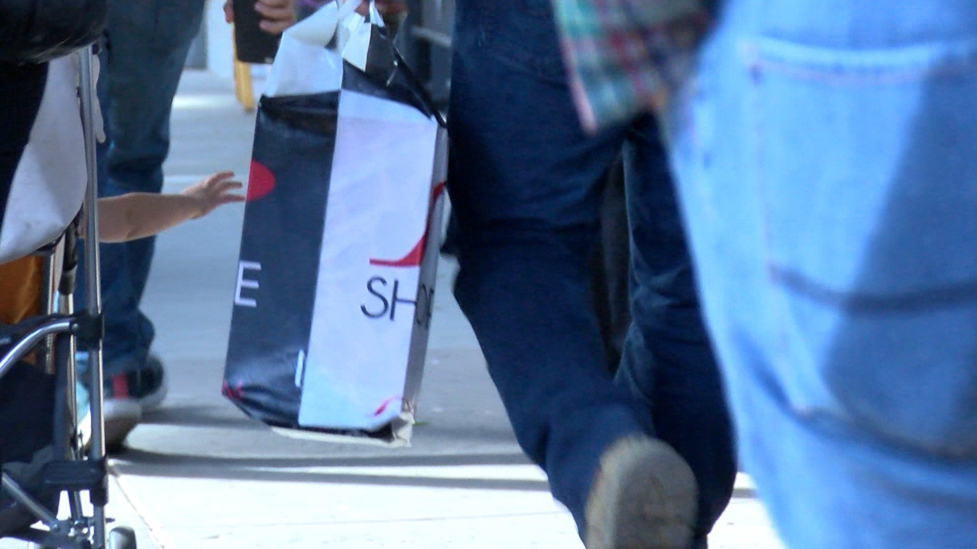 Last-minute holiday shoppers pack local mall for 'Super Saturday'